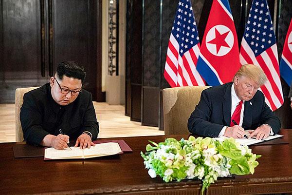 Donald J. Trump y Kim Jong-un firman el comunicado conjunto en la pasada cumbre en Singapore (12/6/2018). Foto: Joyce N. Boghosian / Official White House Photo (Wikimedia Commons / Dominio público)..