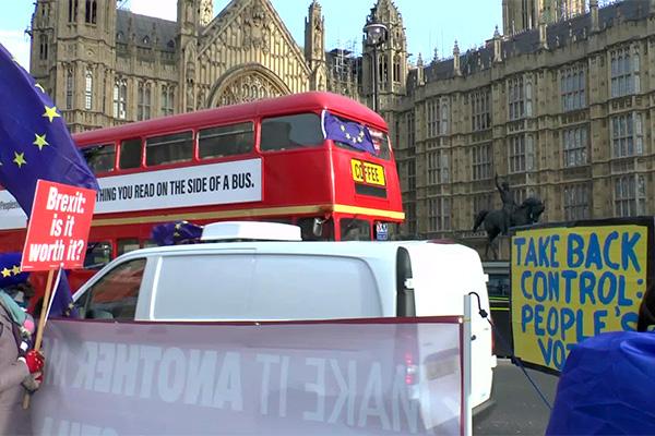 Manifestantes del Remain y del Brexit en los alrededores del Parlamento (Westminster, Londres). Foto: ChiralJon (CC BY 2.0)