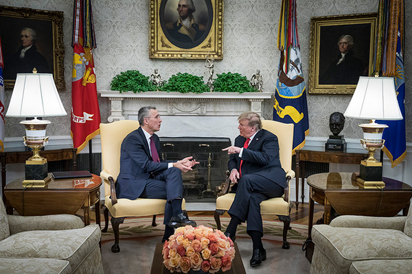 Jens Stoltenberg (Secretario General de la OTAN) y Donald Trump (presidente de EEUU) durante su encuentro en el Despacho Oval. Foto: NATO North Atlantic Treaty Organization (CC BY-NC-ND 2.0)