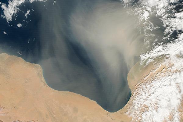 Tormenta de arena sobre aguas libias en 2013. Foto: Jeff Schmaltz / NASA