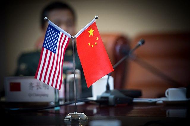 Banderas de EEUU y China. Foto: Sgt. Mikki Sprenkle (Wikimedia Commons / Dominio público)