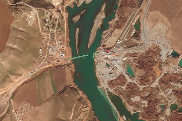 SCruce fronterizo de Semalka sobre el río Tigris en la frontera sirio-iraquí entre el norte kurdo de Siria (Rojava) y el norte kurdo de Irak. Foto: AntonSamuel (trabajo propio) (Wikimedia Commons / CC BY-SA 4.0