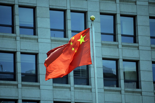 Bandera de la República Popular China en un edificio en Pekín. Foto: (CC BY-NC-ND 2.0)